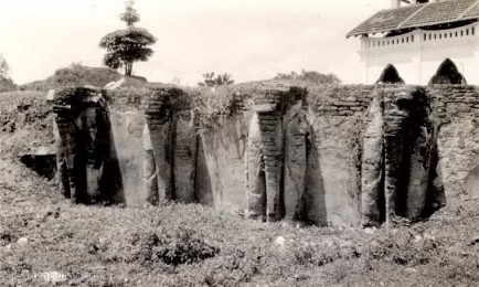 Ruwanweli Dagoba and elephant wall in Ceylon 1927