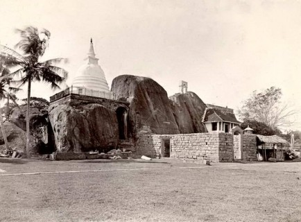 Isurumuniya Vihara (rock temple) in Anuradhapura, Ceylon 1903